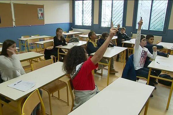 Qui connaît les bons réflexes en cas de séisme? Les élèves du collège Henri Matisse de Nice répondent avec empressement, lors de la journée de prévention sismique organisée ce lundi 19 novembre.