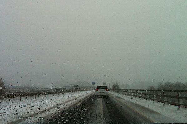 En fin de journée, sur l'A34, à hauteur de Poix-Terron (08), circulation plus fluide qu'en début de journée. La neige a été dégagée.