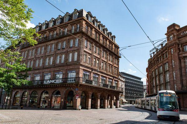 Un jour ordinaire de confinement à Strasbourg, le tram semble bien seul dans la ville désertée