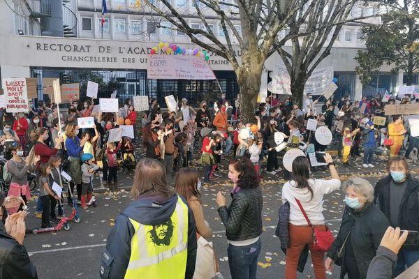 Ils étaient entre 3 et 400 à manifester devant le rectorat de Bordeaux, ce 14 novembre, leur attachement à l'instruction à domicile.
