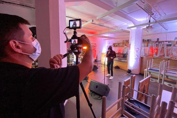 """EDRF en tournage au Pixel, pour l'opération """"A genoux mais pas couchés"""", portés par les acteurs culturels bisontins."""