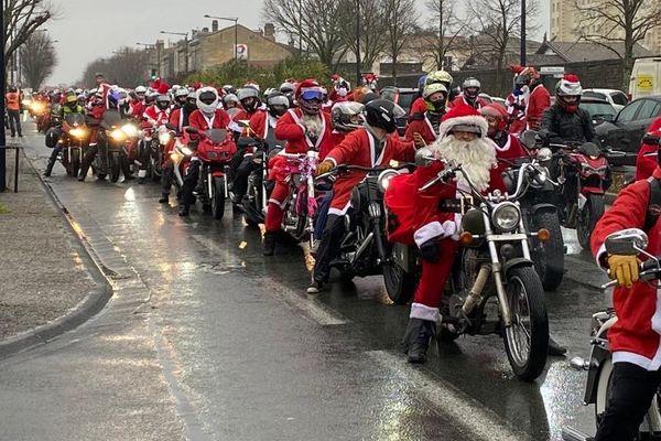 Les pères Noël font la queue pour aller offrir leurs cadeaux aux enfants du CHU de Bordeaux.