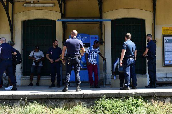 Des CRS contrôlent des migrants à la gare de Menton, le 14 juin 2018
