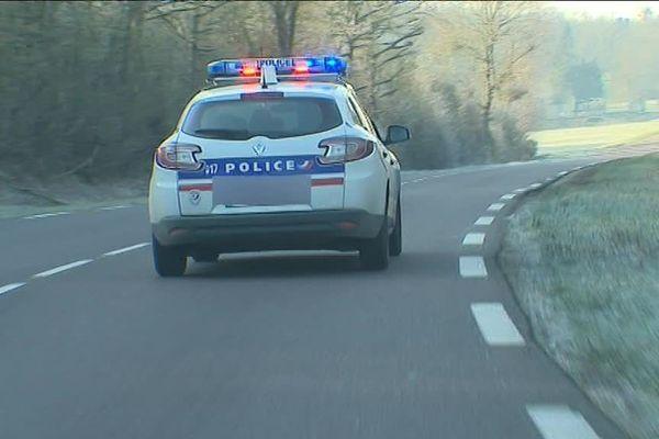Un véhicule de Police part en intervention