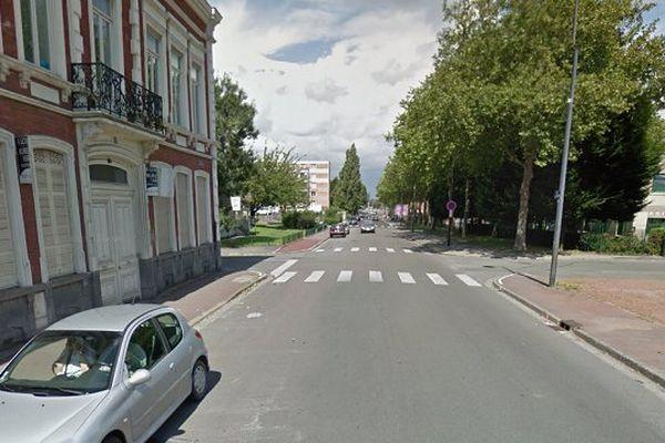 Le choc frontal entre la voiturette et le bus a eu lieu à Roubaix, dans la rue de Tourcoing.