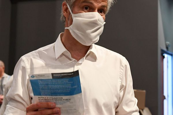 Coronavirus : Distribution de masques par la région Auvergne Rhône Alpes (archives le 10 Mai 2020 - Belley)
