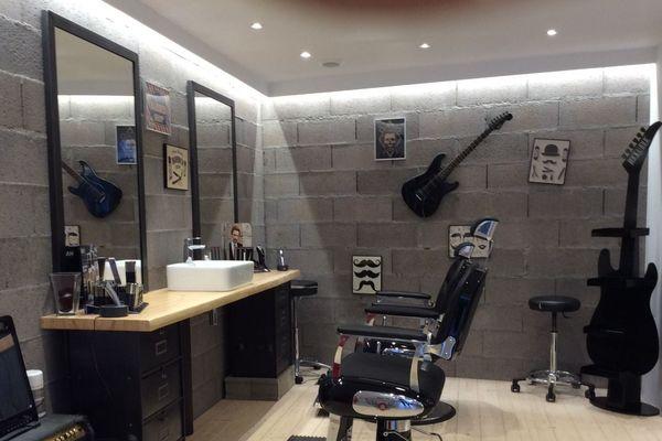 salon vide, caisse vide, et au coin barbier , on ne rase plus non plus.