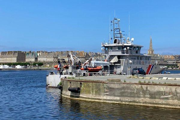 Le patrouilleur des douanes Jacques Oudart Fourmentin, ce jeudi 8 juillet, à quai à Saint-Malo