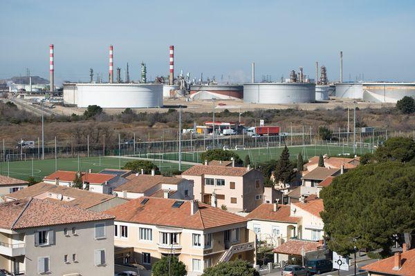 Fos-sur-Mer et ses usines, point de départ de la Marche des Cobayes.