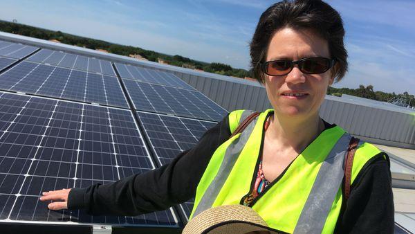 """Agnès Lerenard-Audric a un projet de panneaux photovoltaïques chez elle mais elle a d'abord investi dans """"MIN à Watt"""""""