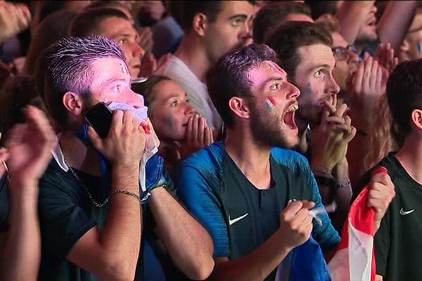 Les fans survoltés lors de la victoire des Bleus contre la Belgique en demi-finale de la Coupe du Monde, au hall XXL de la Beaujoire