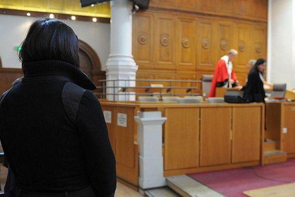 Nîmes - l'accusé est absent du procès, seule la victime, de dos, est présente - 8 décembre 2016.