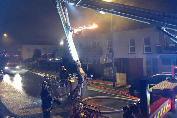Les pompiers ont dû utiliser des échelles aériennes pour éteindre l'incendie.