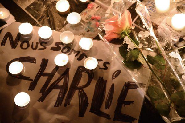 Un hommage place de la République à Paris après la tuerie à Charlie Hebdo, le mercredi 7 janvier.