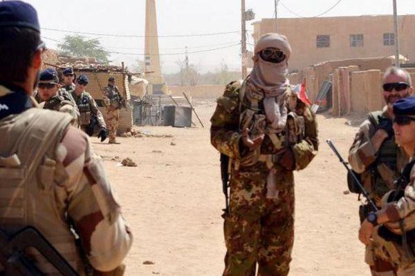 Des soldats français patrouillent à Kidal, dans le nord du Mali, dans le cadre de l'opération Barkhane, le 25 octobre 2016.