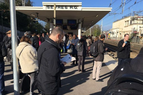 Des voyageurs attendent leur train en gare de Sèvres Rive-Gauche.