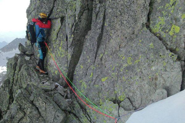 Jour 23 : arête des Salenques (5 sommets) Romain sur une vire avant d'attaquer les difficultés.
