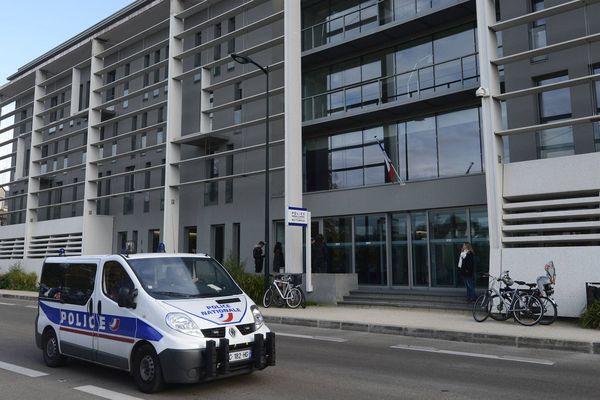 Un jeune homme placé en garde à vue dans les locaux de la PJ de Nantes le 20 décembre 2017