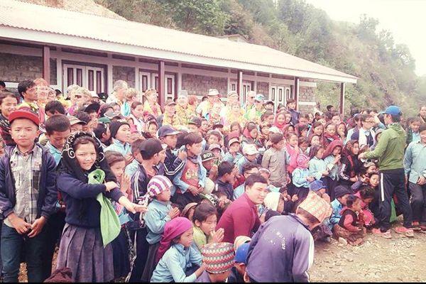 Tout le village est rassemblé face à la nouvelle école de Laprak