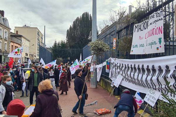 De meilleures conditions d'enseignement, c'est la demande des manifestants présents devant le rectorat de la capitale limousine, ce mardi 26 janvier 2021.