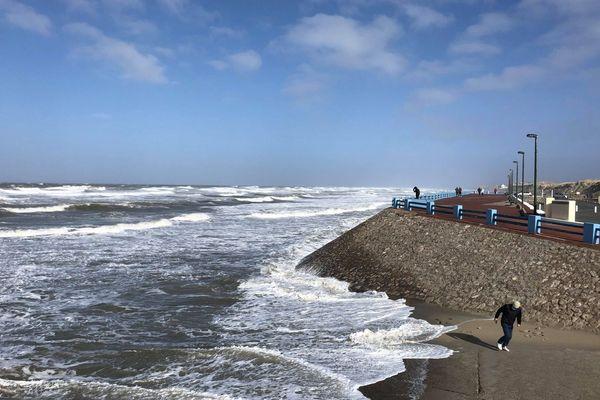 A Quend Plage dans la matinée du 11 mars, la mer est agitée en raison des vents violents.