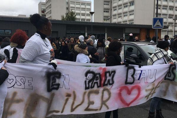 Plusieurs centaines de personnes ont participé à la marche blanche en hommage à Oliver Tony.