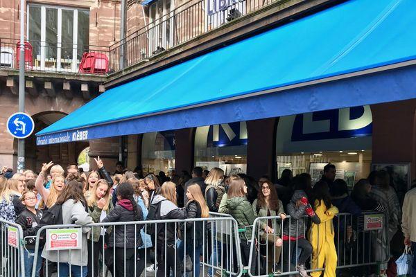 Le chroniqueur Jeremstar très attendu par ses fans devant la librairie Kléber de Strasbourg