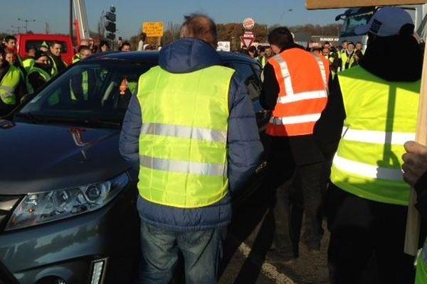Samedi, sur le blocage des gilets jaunes au rond-point d'Auchan Fayet à Saint-Quentin, une femme aurait été forcée à enlever son voile.