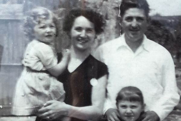 Château Vieux Mougnac, une histoire de famille. Les parents de  Sylvie Milhard-Bessard et leurs enfants à Petit Palais en Gironde