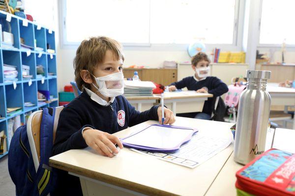 Jeunes écoliers avec masque inclusif