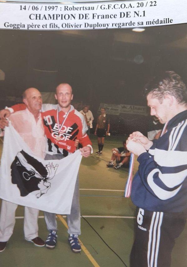 Article de presse où l'on voit Félix Coggia avec son fils Pierre, l'un des gardiens de but du GFCA Handball