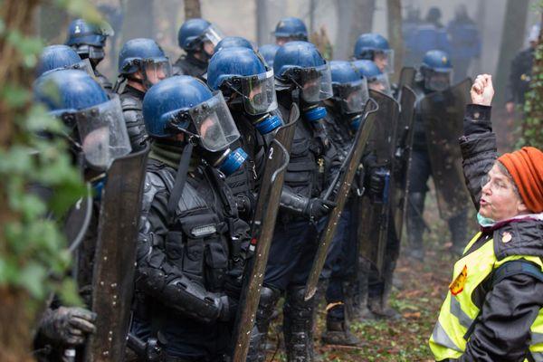 Une opposante à Notre dames des Landes face aux forces de l'ordre le 24 novembre 2012