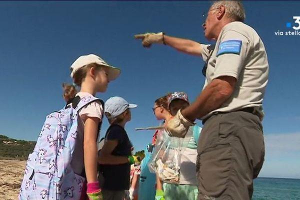 Opération nettoyage de la plage de Lozari par les élèves de Belgodère, vendredi 27 septembre.
