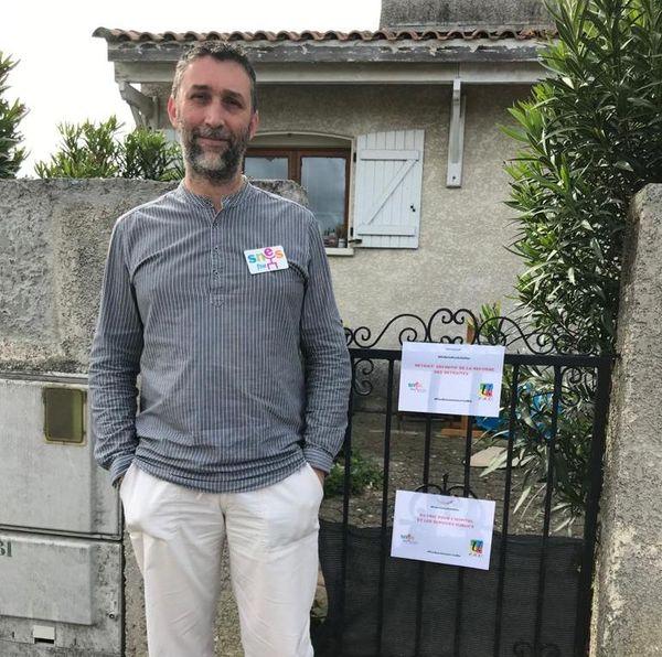 Cournonterral (Hérault) - Arnaud Roussel Co-secrétaire académique SNESFSU manifeste seul devant chez lui - 1er mai 2020.