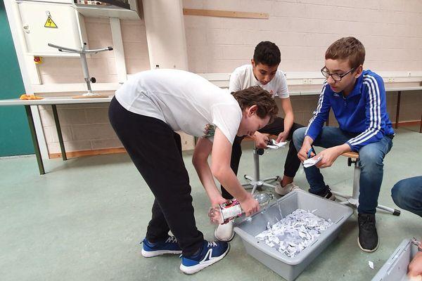 Les élèves du collège Nelson Mandela se lancent dans la fabrication de cartes ensemencées.