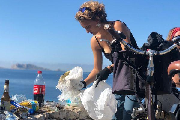 Anaëlle Marot s'élance pour le Projet Azur. 1000 kilomètres à vélo et en kayak pour ramasser une tonne de déchets cet été. Ce dimanche elle s'est élancée à vélo depuis Malmousque à Marseille.