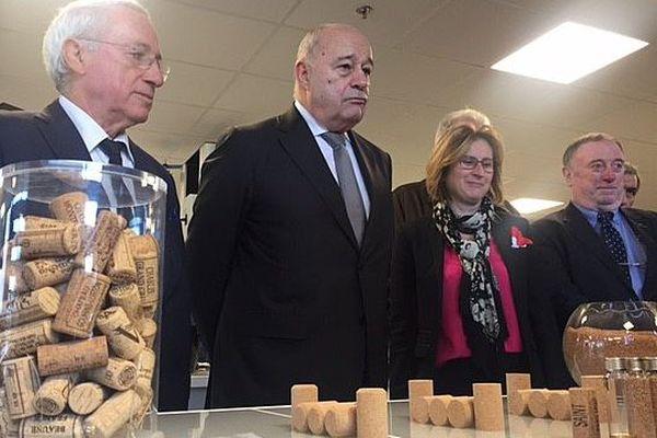Jean-Michel Baylet (au centre) accompagné d' Hermeline Malherbe à l'entreprise Diam de Céret qui fabrique des bouchons en liège.