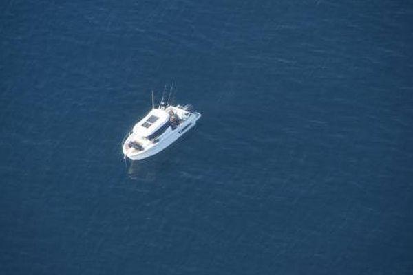 L'embarcation en panne, en pleine mer