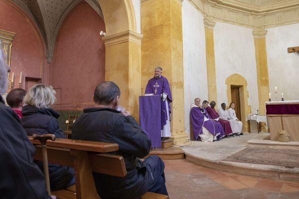 07/04/2019 - Le père Michel Desplanches, vicaire général du diocèse d'Aix et d'Arles a lu un communiqué annonçant que le père Gilles-Marie Lecomte était suspendu de ses fonctions.