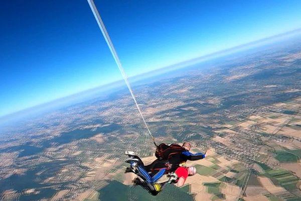 Pour ses 95 ans, Maurice Ferrier s'est offert un double plaisir : un baptême de l'air et un saut en parachute.