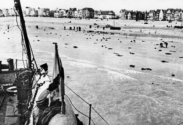 Une plage dunkerquoise après une attaque de l'aviation allemande pendant l'Opération Dynamo de mai/juin 1940.