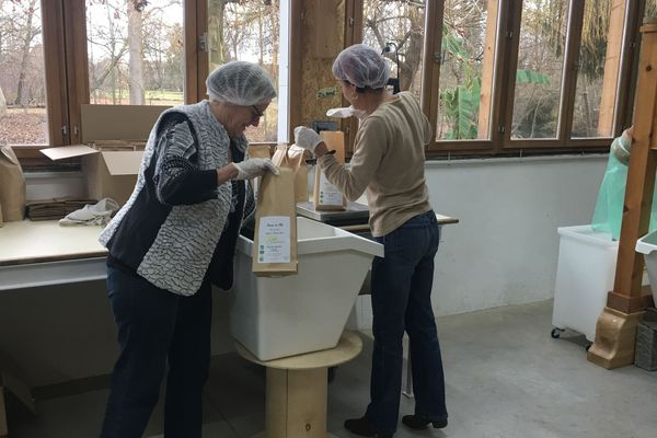 La belle-mère et la maman de Grégory aident à l'ensachage