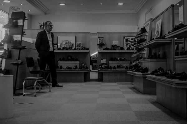 Face à ses paires de chaussures, sans contact physique avec les clients, Yves Guinoiseau, chausseur à Reims, a mal vécu le premier confinement.