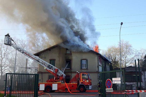 L'incendie s'est déclaré dans cette maison près d'une voie ferrée vers 11 heures du matin, près de Toulouse.