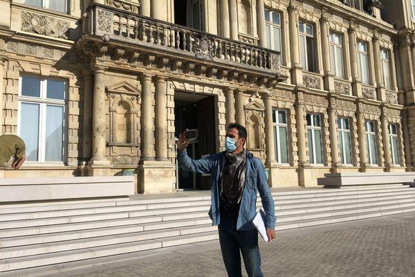 Le protecteur des arbres s'est ensuite rendu à la mairie sans invitation pour tenter d'infléchir la décision municipale.
