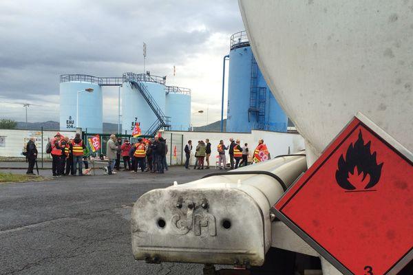 Débuté à 6H00, mardi 26 septembre, le blocage du site pétrolier de Cournon-d'Auvergne a été levé vers 10H30. Les manifestants, essentiellement des militants CGT, ont décidé de mettre un terme à cette action tout en promettant de revenir.