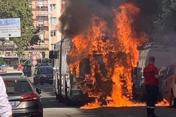 L'incendie était impressionnant, mais a été éteint facilement.