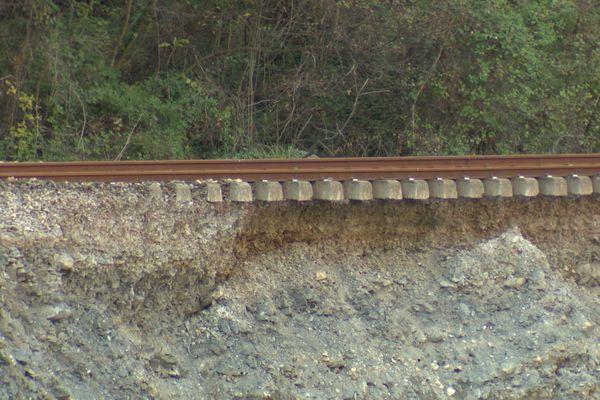 Au niveau du hameau de Piène basse (Breil-sur-Roya, Alpes-Maritimes), une partie des rails de l'axe Breil-Vintimille est suspendue dans le vide après le passage de la tempête Alex.