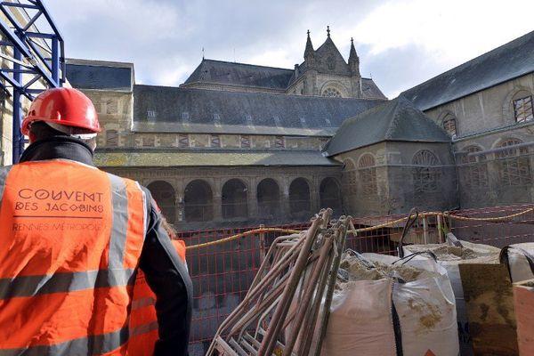 Le jardin sera reconstitué, sur un nouveau plancher. Le cloître, alternant pierres anciennes, murs et baies vitrées, donnera sur les salles d'exposition.