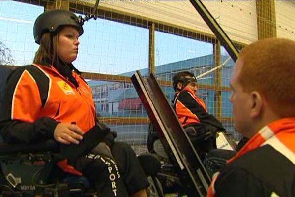 Sonia Heckel s'entraîne pour le championnat de France 2015 de Boccia avec l'aide de son assistant.